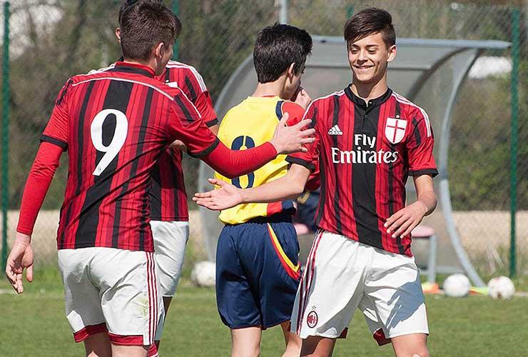 giovane calciatore del milan esulta dopo un goal