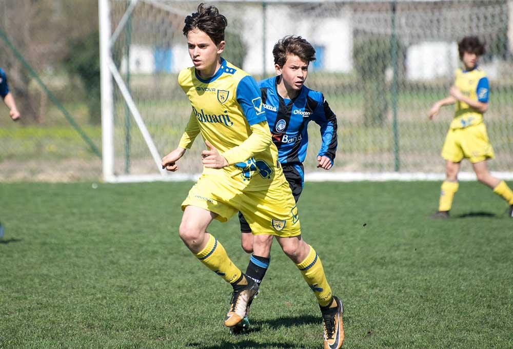 chievo verona and atalanta young players running together