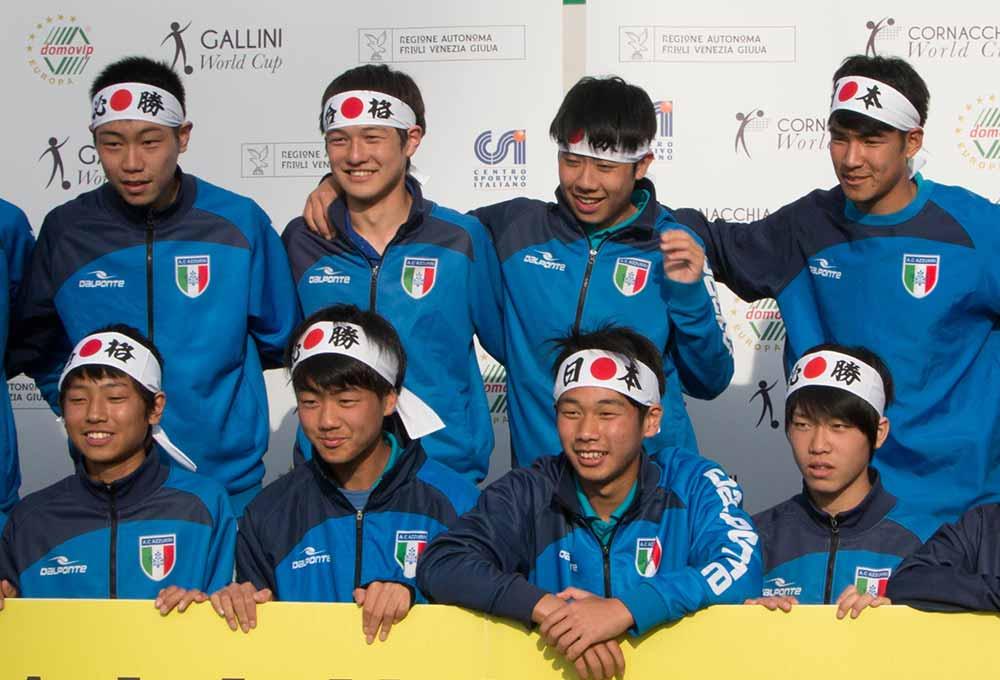 squadra di calcio giapponese con maglie dell'italia e bandana del giappone