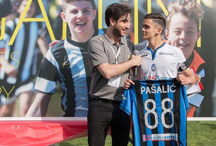 giovane giocatore dell'atalanta regala maglia di Pasalic a Stefano Cornacchia come organizzatore del torneo Gallini
