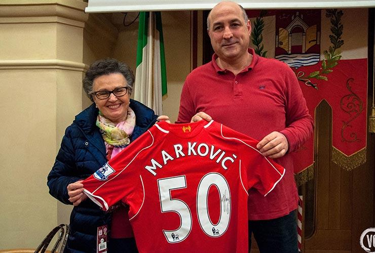 tiziano cornacchia and carmen gallini with signed jersey of markovic