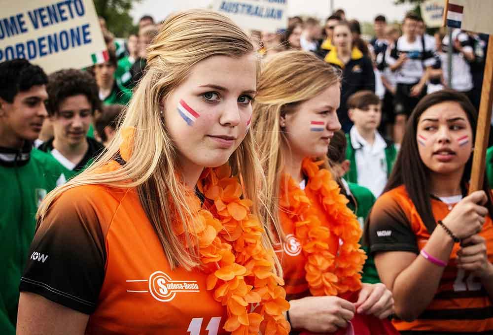 ragazza olandese bionda con la bandiera dell'olanda disegnata sulle guance