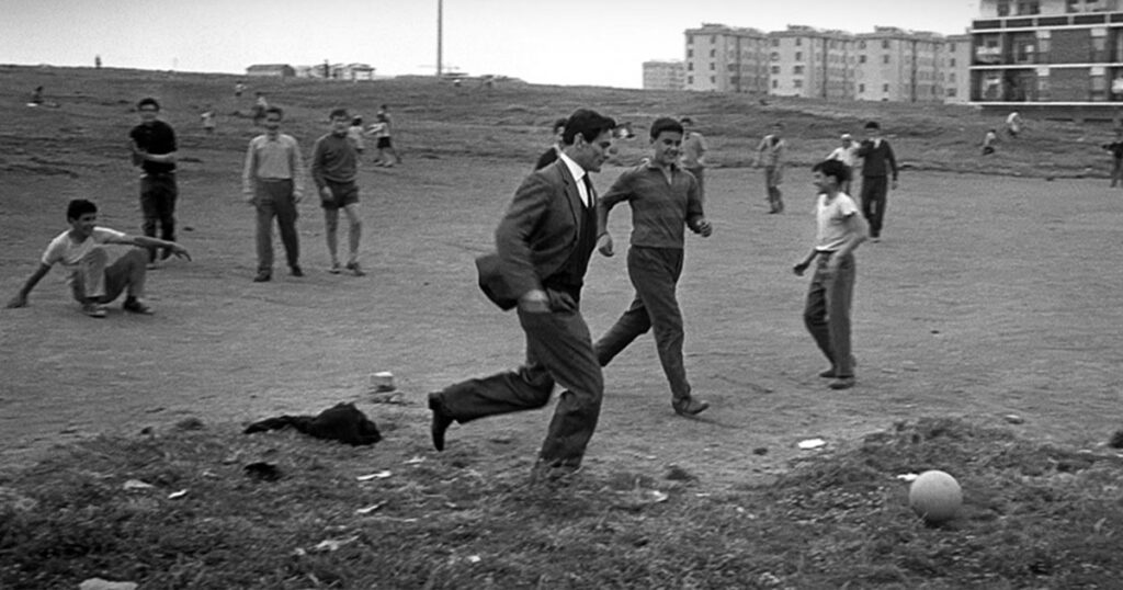 Pasolini poeta friulano mentre gioca a calcio