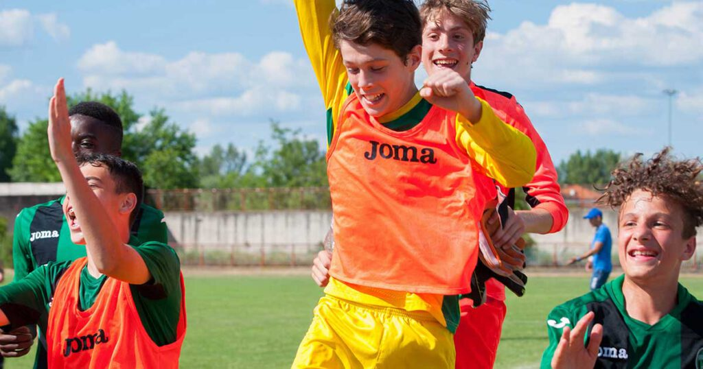 ragazzi del pordenone calcio giovanile festeggiano vittoria